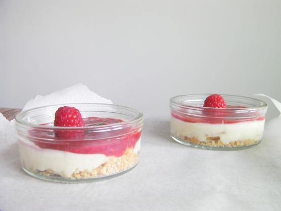 Kuchen im Glas mit Himbeeren
